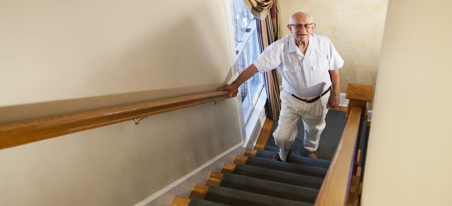 Quem tem osteoartrite deve evitar subir muitos lances de escada?