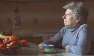 Que desafios um idoso com osteoporose pode enfrentar durante o período de isolamento social?