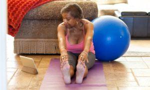 Osteoporose: Quais exercícios podem ser feitos em casa com segurança durante a quarentena?