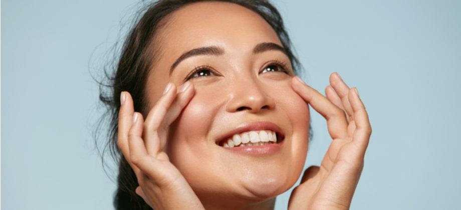 Que fatores externos contribuem para aumentar a flacidez da pele?
