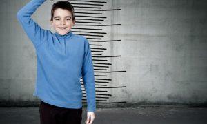 Quais são os primeiros sintomas da puberdade precoce em meninos?