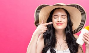 A rotina de proteção solar muda para quem usa outros produtos na pele?