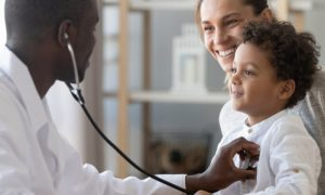Qual a importância da atuação frequente do pediatra no desenvolvimento da imunidade da criança?