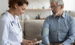 A hipertensão pode se manifestar apenas em uma idade avançada?