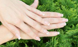 Além do uso de bases fortalecedoras, quais cuidados diários podem ajudar na saúde das unhas?