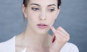 Por que os medicamentos com lisina apresentam resultados melhores no tratamento contra herpes?