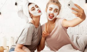 Descubra qual a melhor combinação de cuidados diários com a pele para evitar o envelhecimento precoce