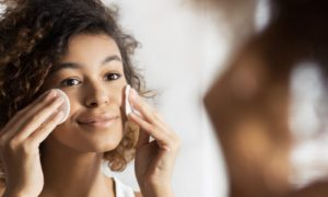 A limpeza com solução micelar ajuda a manter a pele saudável? Quais são seus benefícios?