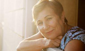 Isolamento social: qual é a importância da vitamina D na proteção da saúde óssea de idosos?