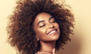 Óleo de borragem: como essa substância gera benefícios para o cabelo?