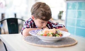 A desnutrição pode levar à puberdade precoce? Por quê?