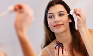 Qual é o papel da vitamina C no combate ao envelhecimento da pele?