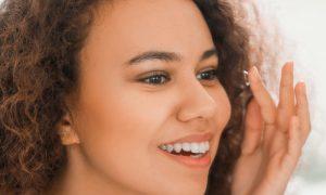 Que fatores podem afetar a produção de lágrimas e deixar o olho seco?