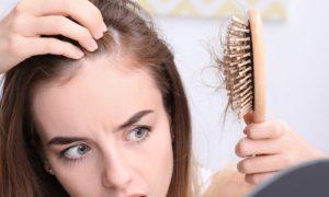 Eflúvio telógeno: conheça a condição que aumenta a queda diária de cabelo